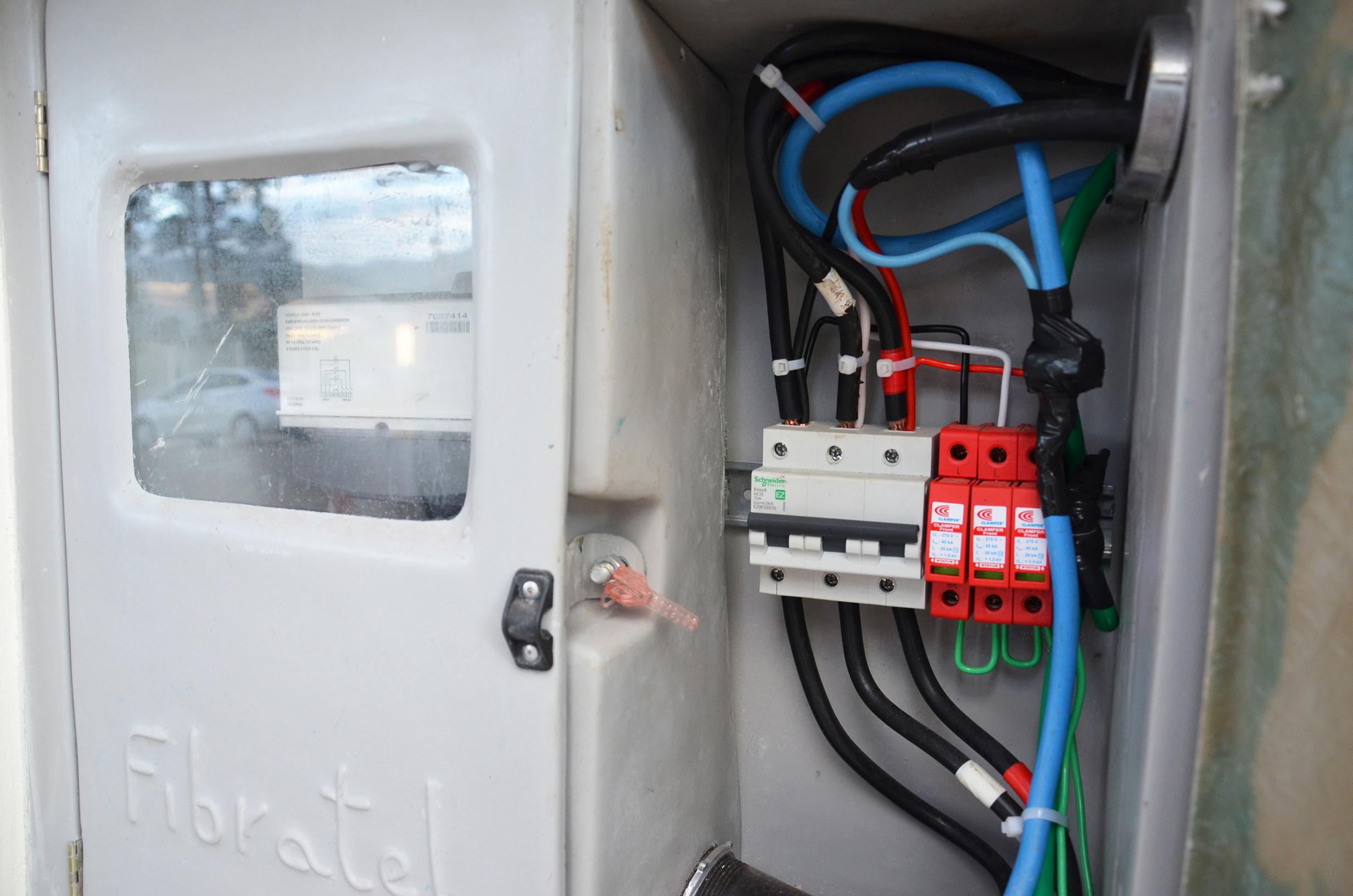 O DPS foi desenvolvido para detectar a presença de sobretensões transitórias na rede e drená-las para o sistema de aterramento antes que atinjam os equipamentos eletroeletrônicos e/ou pessoas